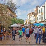 Die belebte Innenstadt von Santanyi am Markttag