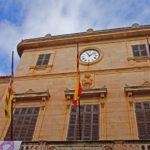 Das Rathaus von Santanyi - erbaut mit dem gelb-braunen Mares-Stein der Insel Mallorca