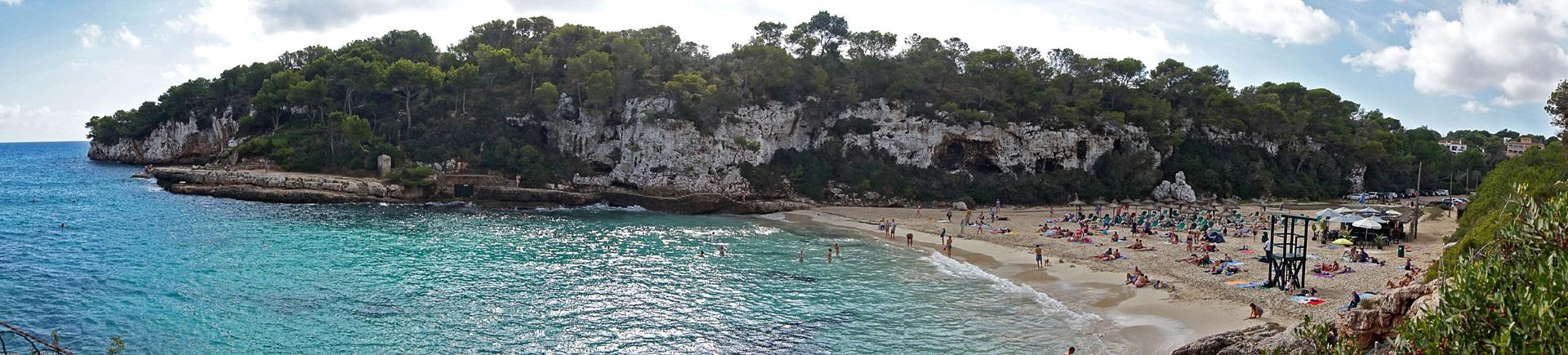 Panoramablick über die Cala Lombards im Süden von Mallorca