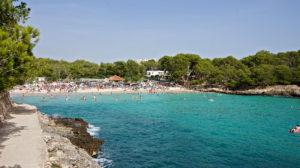 Der Blick in die Cala Mondrago - selbst in der Nebensaison ist der Strand gut besucht.