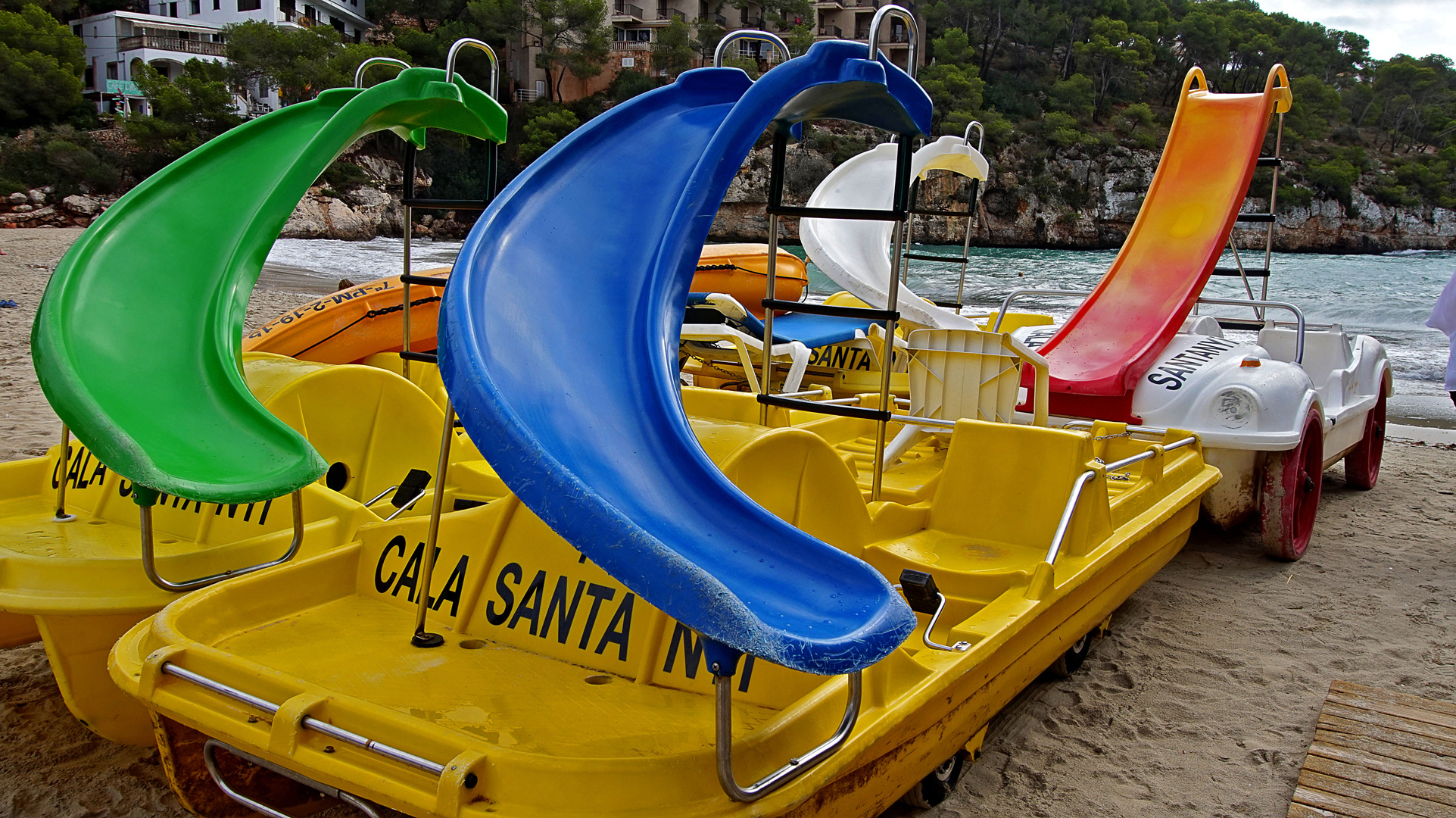 Tretboote in der Cala Santanyi im Süden von Mallorca.