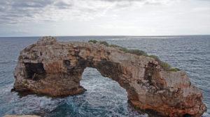 Das Naturdenkmal Es Pontàs vor der Küste der Cala Santanyi