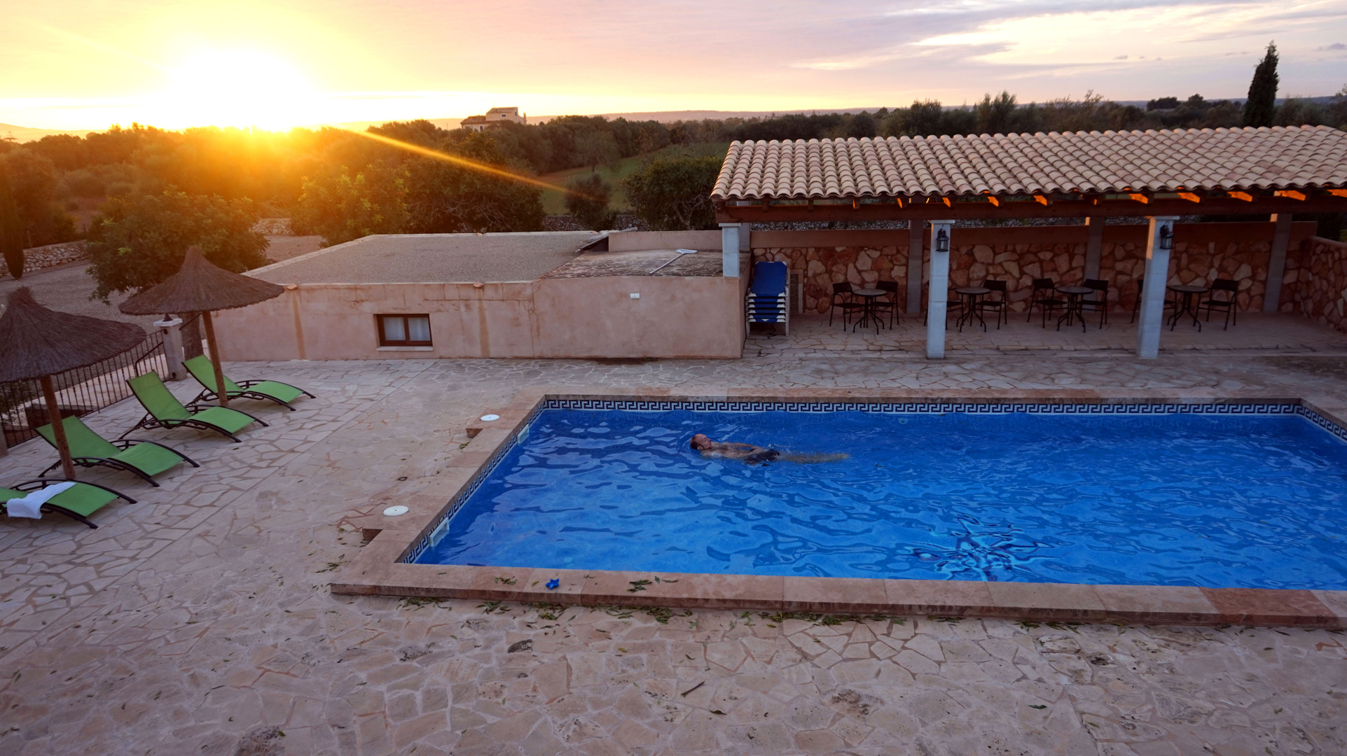 Morgendliches Bad im Pool des Ferienhauses